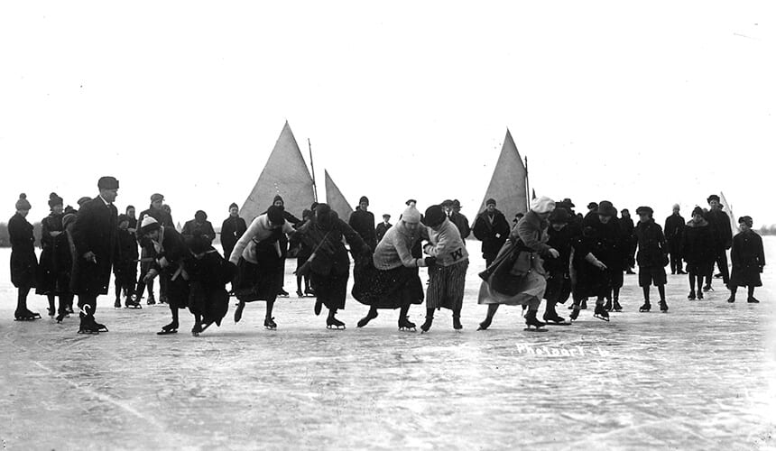 Students prepared to take off during a skating race in 1916.
